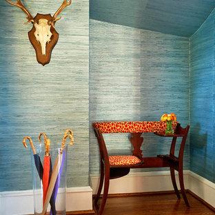 Aménagement d'un couloir classique de taille moyenne avec un mur bleu et un sol en bois foncé.