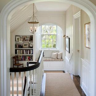 Idéer för vintage hallar, med vita väggar och mörkt trägolv