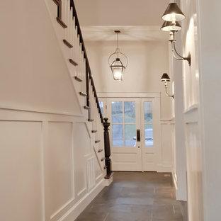 Foto de recibidores y pasillos de estilo de casa de campo, de tamaño medio, con paredes blancas y suelo de pizarra