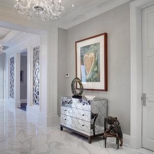 Стильный дизайн: коридор в стиле современная классика с серыми стенами и полом из керамогранита - последний тренд