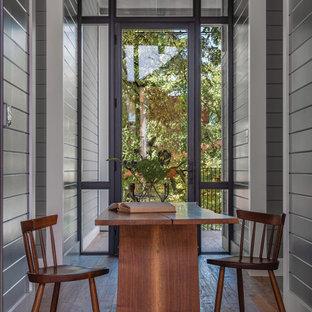 Inspiration för mellanstora moderna hallar, med grå väggar, mellanmörkt trägolv och brunt golv