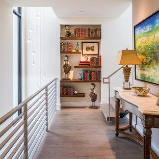 Свежая идея для дизайна: коридор в восточном стиле с белыми стенами, светлым паркетным полом и бежевым полом - отличное фото интерьера
