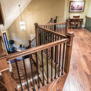 Idéer för en mellanstor rustik hall, med beige väggar, mellanmörkt trägolv och brunt golv