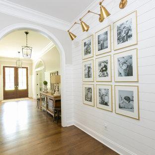 チャールストンのトランジショナルスタイルのおしゃれな廊下 (白い壁、塗装板張りの壁) の写真