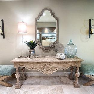 Inspiration pour un couloir traditionnel de taille moyenne avec un mur beige et un sol en calcaire.