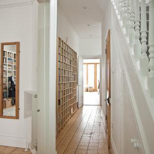 他の地域のヴィクトリアン調のおしゃれな廊下 (白い壁、無垢フローリング) の写真