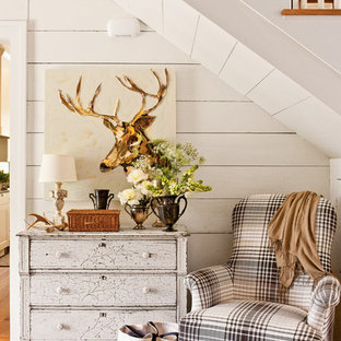 Idée de décoration pour un couloir style shabby chic avec un mur blanc.