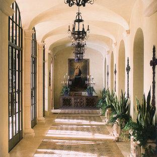 サンディエゴの地中海スタイルのおしゃれな廊下 (ベージュの壁、ベージュの床) の写真