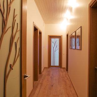 Пример оригинального дизайна: коридор в современном стиле с белыми стенами и паркетным полом среднего тона