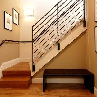 Inredning av en klassisk hall, med bruna väggar, heltäckningsmatta och beiget golv