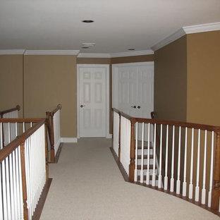 Esempio di un ingresso o corridoio chic con pareti marroni, moquette e pavimento beige