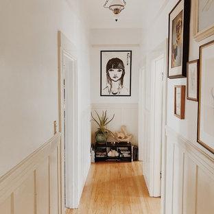 Удачное сочетание для дизайна помещения: коридор в стиле шебби-шик с белыми стенами, паркетным полом среднего тона и коричневым полом - самое интересное для вас