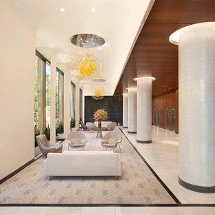 Idéer för en mycket stor modern hall, med beige väggar och marmorgolv