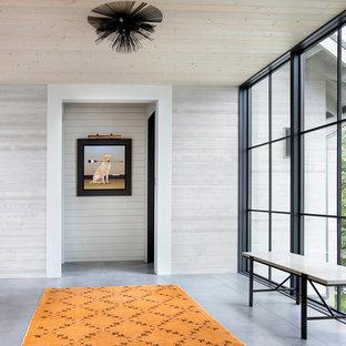 Inspiration pour un couloir rustique avec un mur beige et un sol gris.