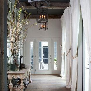 Modelo de recibidores y pasillos costeros con suelo de madera clara y suelo beige