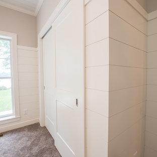 Idées déco pour un petit couloir campagne avec un mur gris, moquette et un sol gris.