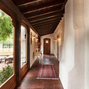 Idéer för att renovera en medelhavsstil hall, med vita väggar och klinkergolv i terrakotta