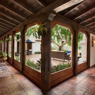 サンディエゴの地中海スタイルのおしゃれな廊下 (ベージュの壁) の写真