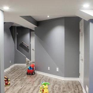 Mittelgroßer Moderner Flur mit grauer Wandfarbe und grauem Boden in Toronto