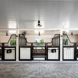 Idées déco pour un grand couloir campagne avec un mur blanc, un sol en brique et un sol gris.