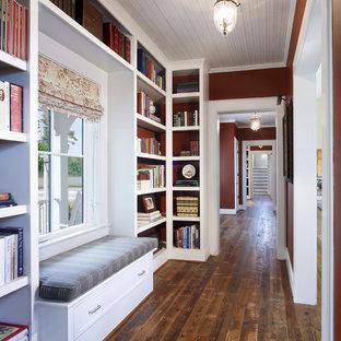 Idées déco pour un couloir campagne avec un mur rouge et un sol en bois foncé.