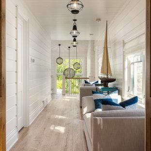 他の地域のビーチスタイルのおしゃれな廊下 (白い壁、淡色無垢フローリング、ベージュの床、塗装板張りの天井、塗装板張りの壁) の写真