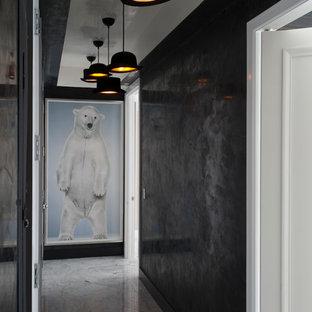 Неиссякаемый источник вдохновения для домашнего уюта: коридор среднего размера в современном стиле с черными стенами и мраморным полом