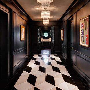 Cette photo montre un couloir chic avec un mur noir, un sol en marbre et un sol multicolore.