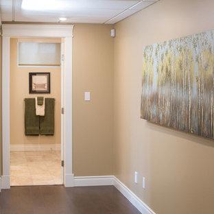 エドモントンの中サイズのトランジショナルスタイルのおしゃれな廊下 (ベージュの壁、コルクフローリング) の写真