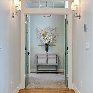 Modelo de recibidores y pasillos clásicos renovados, grandes, con paredes azules y suelo de madera clara