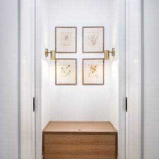 Inspiration för små moderna hallar, med vita väggar, ljust trägolv och beiget golv
