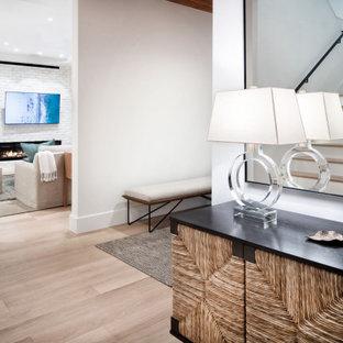 Неиссякаемый источник вдохновения для домашнего уюта: большой коридор в современном стиле с белыми стенами, светлым паркетным полом, бежевым полом, потолком из вагонки и стенами из вагонки
