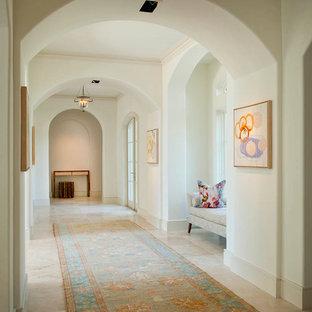 Inspiration för stora klassiska hallar, med beige väggar, travertin golv och beiget golv