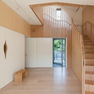 Пример оригинального дизайна: коридор в стиле модернизм с бежевыми стенами, светлым паркетным полом, бежевым полом и деревянными стенами