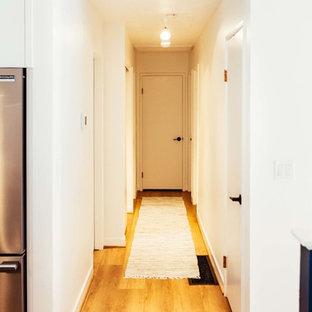 Идея дизайна: коридор среднего размера в современном стиле с полом из винила и коричневым полом