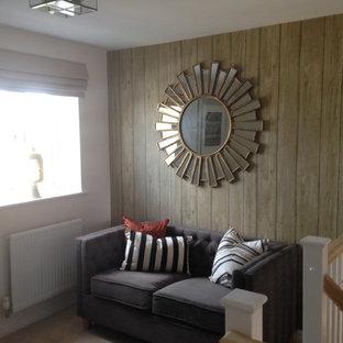 オックスフォードシャーの中サイズのエクレクティックスタイルのおしゃれな廊下 (白い壁、カーペット敷き) の写真