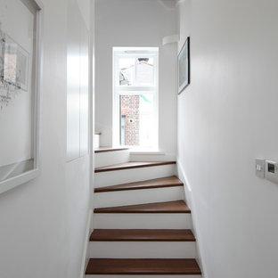 Modelo de escalera en L, contemporánea, pequeña, con escalones de madera y contrahuellas de madera pintada