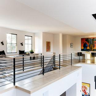 Modelo de recibidores y pasillos contemporáneos con paredes blancas, suelo de madera clara y suelo beige