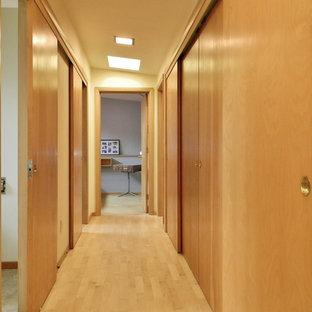 シアトルのミッドセンチュリースタイルのおしゃれな廊下の写真