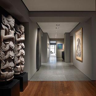 Ispirazione per un ingresso o corridoio etnico con pareti grigie