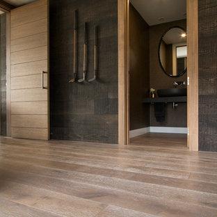 Свежая идея для дизайна: коридор среднего размера в стиле рустика с черными стенами, паркетным полом среднего тона и бежевым полом - отличное фото интерьера