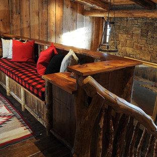 Inspiration för rustika hallar, med mörkt trägolv