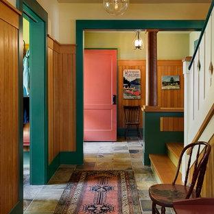Новые идеи обустройства дома: коридор в стиле рустика с бежевыми стенами, полом из сланца и разноцветным полом