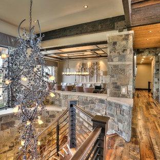 Idée de décoration pour un très grand couloir chalet avec un mur beige et un sol en bois brun.
