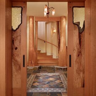 シアトルの巨大なラスティックスタイルのおしゃれな廊下 (ベージュの壁、スレートの床) の写真