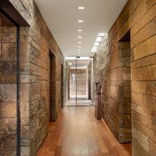 Modern Hall by RYAN ASSOCIATES GENERAL CONTRACTORS