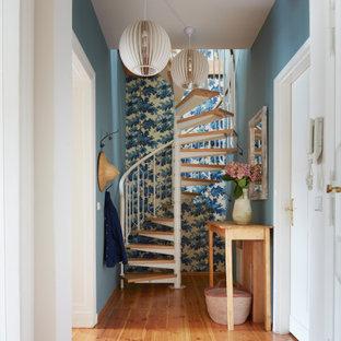 Eklektischer Flur mit blauer Wandfarbe, braunem Holzboden, braunem Boden und Tapetenwänden in Sonstige