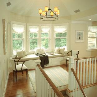Стильный дизайн: коридор в классическом стиле с бежевыми стенами, паркетным полом среднего тона и коричневым полом - последний тренд