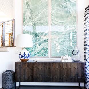 Inspiration pour un grand couloir marin avec un mur blanc et un sol en bois foncé.