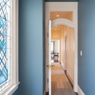Пример оригинального дизайна: коридор среднего размера в викторианском стиле с синими стенами и ковровым покрытием